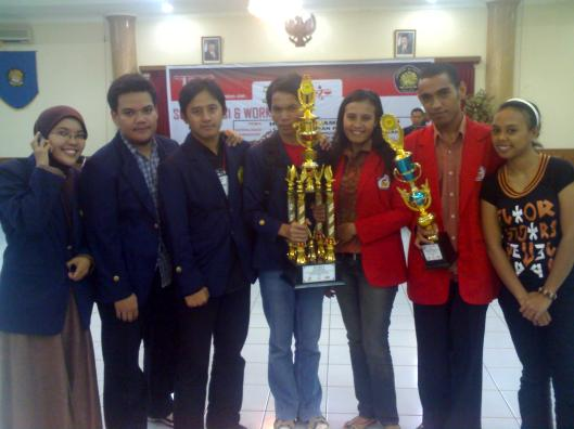Tim Fakultas Hukum Universitas Padjadjaran berfoto bersama Tim Fakultas Hukum Universitas Pattimura, Ambon.